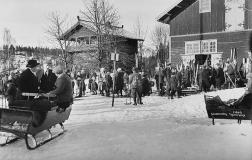 Skiløpere og slede, 1921. Anders B. Wilse / Nasjonalbiblioteket / Galleri NOR