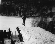 Skirenn på Sarabråten 25. februar 1922. Foto: Wilse / Nasjonalbiblioteket