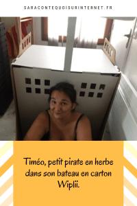 Timéo, petit pirate en herbe dans son bateau en carton Wiplii.