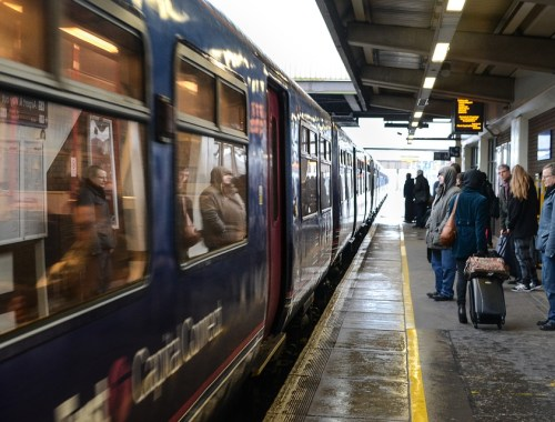 Vie de maman : 7 astuces pour occuper son enfant dans le train.