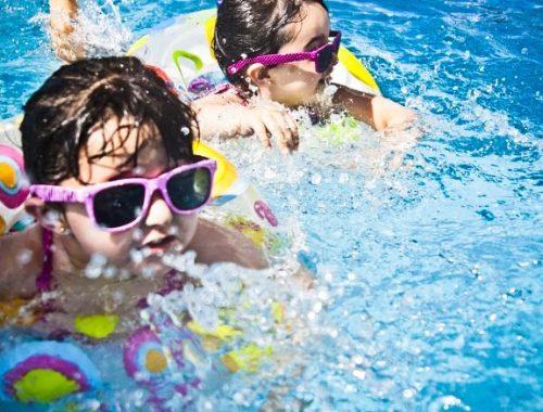 Vie de parents : À quel âge apprendre la nage à son enfant ?
