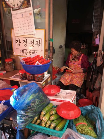 Lady putting together sweets at the downtown market.