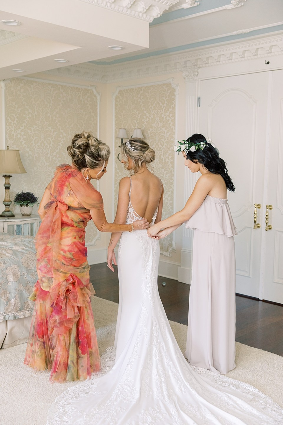 bride getting ready | ashford estate bridal suite | new jersey wedding photographer sarah canning photography