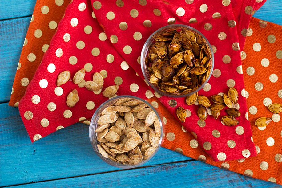 Roasted Pumpkin Seeds 2 Ways: Pumpkin Spice and Sriracha | Sarah Hearts