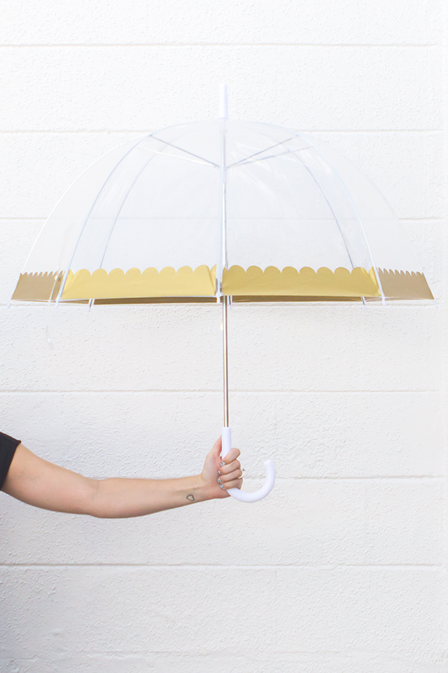 Stand out from the sea of boring black umbrellas with this cute gold scalloped bubble umbrella.