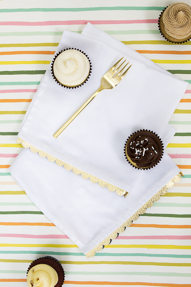 Dress up plain cloth napkins with some gold vinyl! Click through for free SVG template to cut it out with your Silhouette Cameo, Portrait, or Cricut Explore.