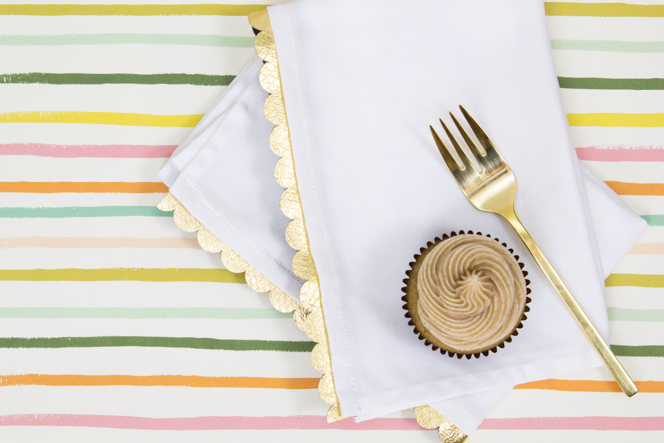 Loving gold and white home decor details and these DIY gold scalloped napkins are no exception! Click through for tutorial and template.