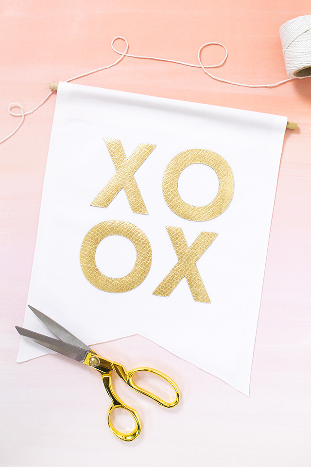 Love this gold XO banner! Such a cute way to decorate for Valentine's Day. (click through for full tutorial)