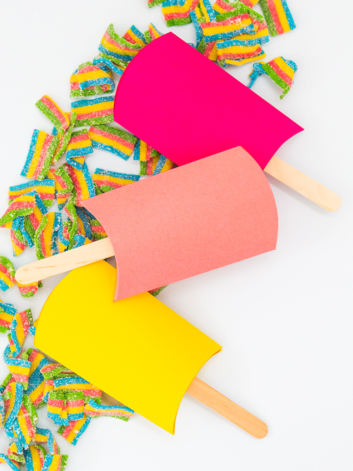 I adore these cute pillow boxes that have been transformed into popsicles!