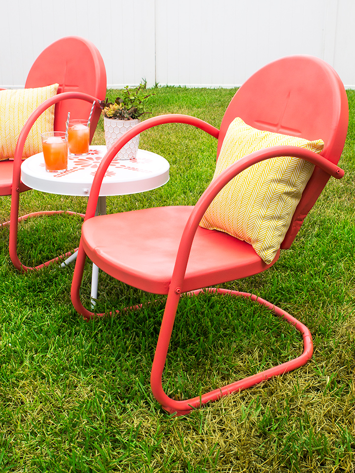 Loving this retro patio set refresh! Click through for tips on refinishing metal outdoor furniture and see the before and after.