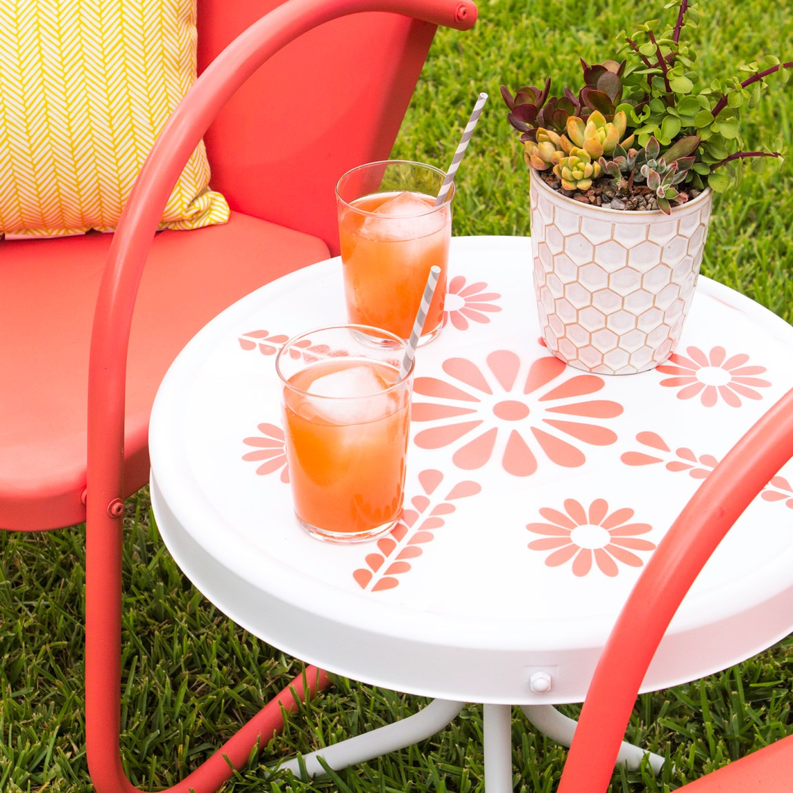 Love this stenciled patio side table with daisies on it. Such a cure way to add a pop of color to the patio!