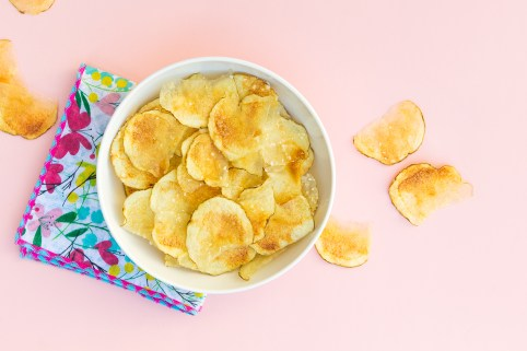 Did you know you can make healthy, delicious potato chips in the microwave? Click through for the easy recipe and video!