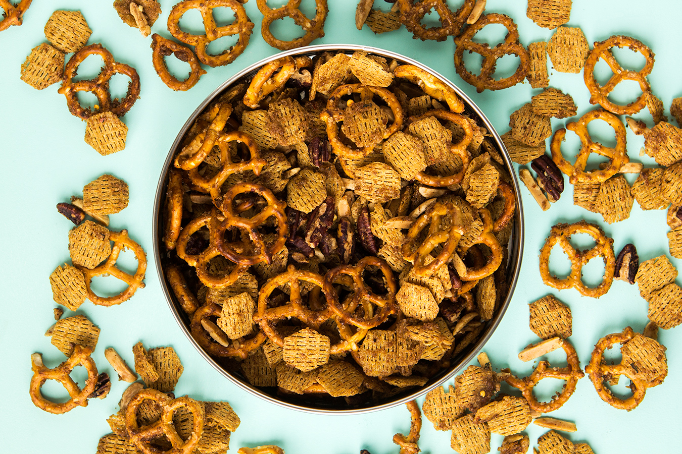 This sweet and spicy snack mix makes the perfect homemade gift for dad for Father's Day. Click through for video recipe and printable labels.