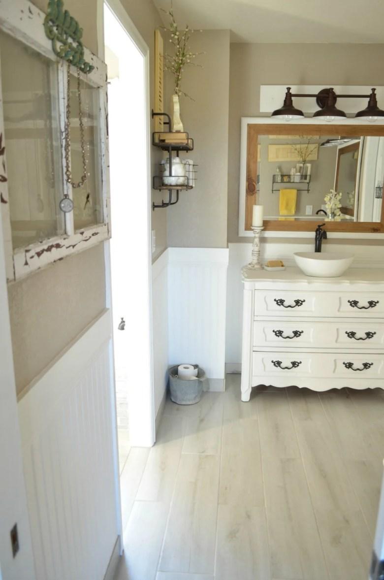 Vintage Vintage Farmhouse Bathroom Decor
