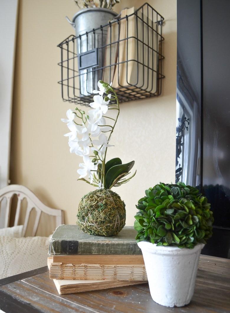 Simple Spring Living Room. Farmhouse style spring decor ideas.