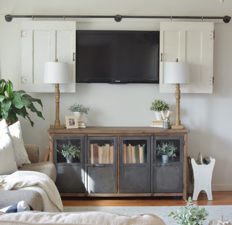 Farmhouse style living room. Great ideas for to decorate around the TV.