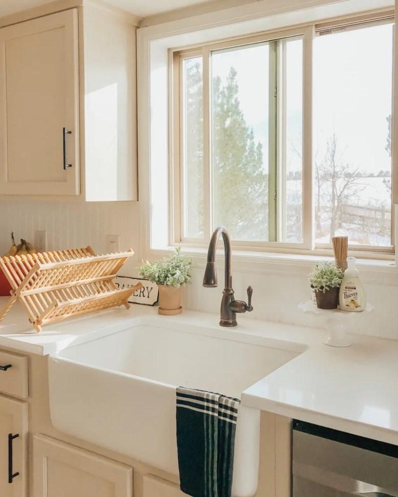 Simpe and organized farmhouse kitchen.