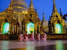 Female monks at the Shwedagon Paya