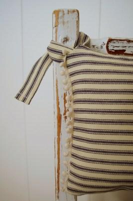 childs-chair_pillow-detail