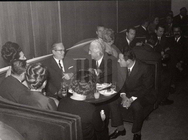 """I Josip Broz Tito je sjedio u poznatim """"kiflama"""" sa crvenim plišem u Parkuši (sa Jovankom, Džemom Bijedićem, Munirom Mesihovićem)."""