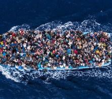 203495 0002 3624263 Operazione Mare Nostrum, salvataggio di naufraghi a bordo di un barcone da parte della fregata FREMM Bergamini della Marina Militare. 2014-06-07 © Massimo Sestini