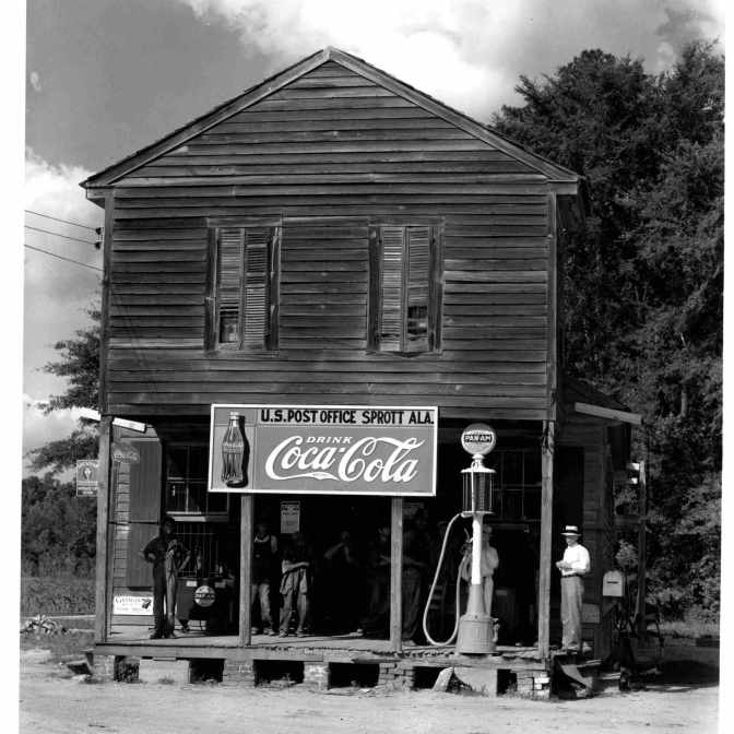 10-FE-Reggio-Emilia-W.-Evans-Italia-_-_Walker-Evans-Crossroads-General-Store-and-Post-Office-Sprott-Alabama-1936-Coll-privata-©-W-Evans-Archive-The-Met