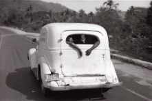 "Bernard Plossu, Sur la route d'Acapulco, Mexique, 1966, dalla serie ""Le Voyage mexicain"" Gelatin silver print, 18 × 27 cm Courtesy of the artist/Galerie Camera Obscura, Paris © Bernard Plossu"