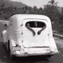 "Bernard Plossu, Sur la route d'Acapulco, Mexique, 1966, dalla serie ""Le Voyage mexicain"" Gelatin silver print, 18 × 27 cm Courtesy of the artist/Galerie Camera Obscura, Paris © Bernard Plossu"
