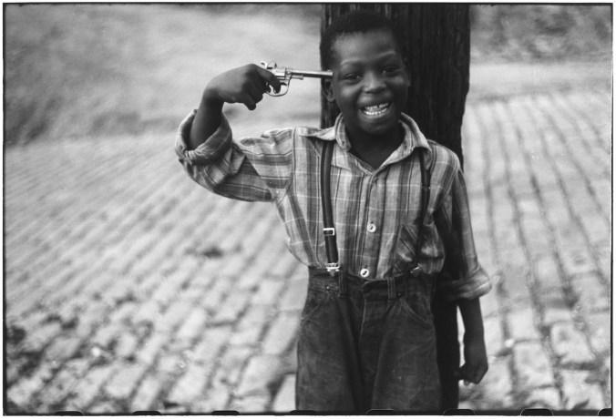 Questa immagine ha l'attributo alt vuoto; il nome del file è erwitt-children-mostra-bologna-USA.-Pittsburgh-Pennsylvania.-1950.jpg