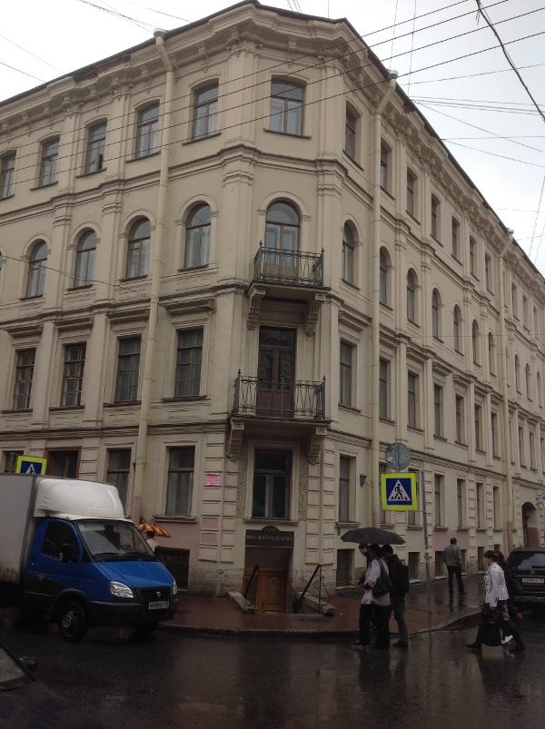 Kuzneçnıy per. 5/2. Yazarın St. Petersburg'daki son adresi, aynı zamanda hayata gözlerini yumduğu ev.