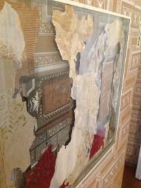 Binanın ilk katındaki evin ilk halinden kalan pek az şey var. Bu duvar kağıtları onlardan biri. Sovyet zamanı yapılan bir restorasyon sırasında ortaya çıkmışlar. Ne mutlu ki çerçeveleyip saklamayı akıl edebilmişler.