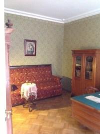 Oda Dostoyevski hayattayken çekilen fotoğraflara göre yeniden restore edilmiş. Duvarda Rafael'in Sistin Madonnası tablosundan bir detay. Dostoyevski bu kopyayı yanlış aklımda kalmadıysa Berlin'den özel olarak getirtmiş.
