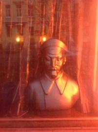 Harms'ın evinin tam karşısında bir antika dükkanı. Vitrinde Çeka'nın ilk başkanı, Nazım Hikmet'in maalesef pek sevdiği Demir Feliks.