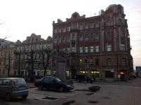 Yine Mayakovski sokağının üzerinde şarinin büstü.