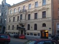 Mohovaya sokağı, 36 numara. Bugün Musorgskiy Müzik Koleji'nin bulunduğu bina 1919'da Gorki'nin kurduğu Dünya Edebiyatı (Vsemirnaya literatura) yayınevine ev sahipliği yapıyormuş. Yayınevinde çalışanlardan birkaç kişinin adını yazarsam sanırım önemi anlaşılır: Aleksandr Blok, Korney Çukovski, Yevgeni Zamyatin ve Anna Ahmatova. İngiliz yazar H.G.Wells'in 1920'de burayı ziyaret ettiğini notunu düşmekte yarar var.