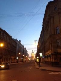 Mohovaya ve Pestel sokaklarının kesiştiği yerden bir görüntü. Akşam on bir civarı.