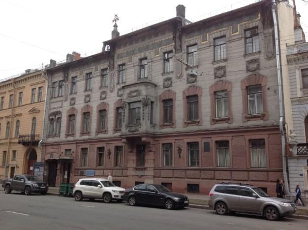 Bolşaya Morskaya sokağı. Nabokov ailesinin evi. Vladimir Nabokov burada doğmuş. Evin birinci katı bugün müze.