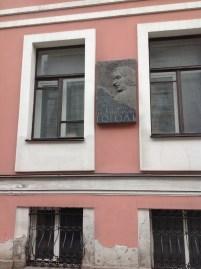 """""""Nikolay Gogol 1833-1836 yılları arasında bu evde yaşamıştır."""" Demek ki Taras Bulba, Burun ve Viy burada yazılmış."""