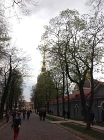 Petropavlovsk Kalesi, Zayçiy Ostrov-Tavşan Adası üzerinde kurulmuş. St. Petersburg şehrinin nüvesi sayılıyor. XVIII. yüzyılın hemen başında Petro tarafından savunma amaçlı olarak inşa edilmiş. Zaman içersinde vasfı biraz değişiyor. Özellikle XIX. yüzyılda hapishaneleriyle meşhur bir yer haline geliyor.