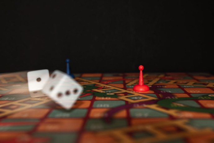 dice movement during a game of snakes and ladders