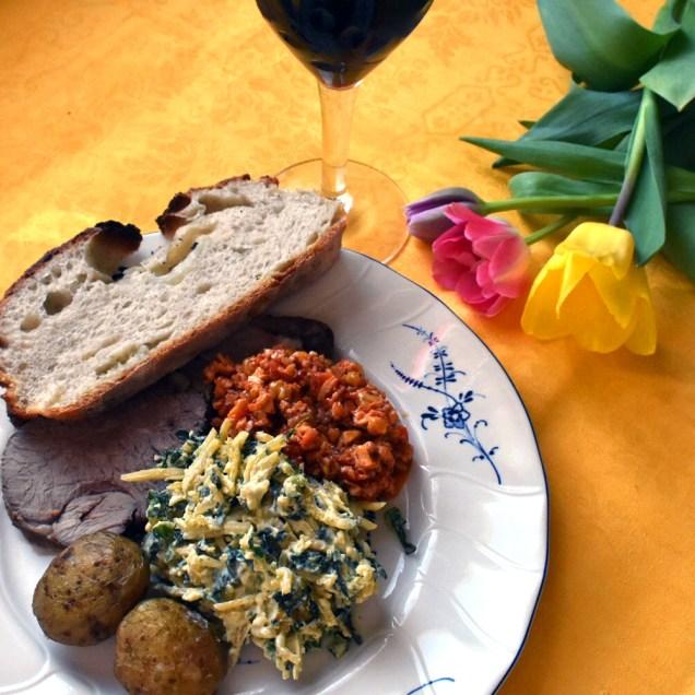 Vitlöksspäckat lamm med saltkokt potatis, valnöts- och paprikaröra, gräddstuvad kålrot och svartkålsblandning