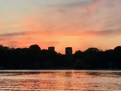 Kvällspromenad i magisk solnedgång över Årstabron