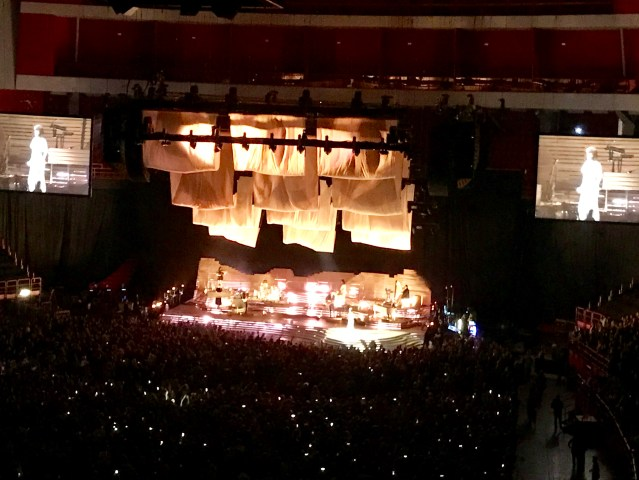 Vy över Globens scen där Florence and the machine spelade för ett folkhav som glimmade av lysande mobiler
