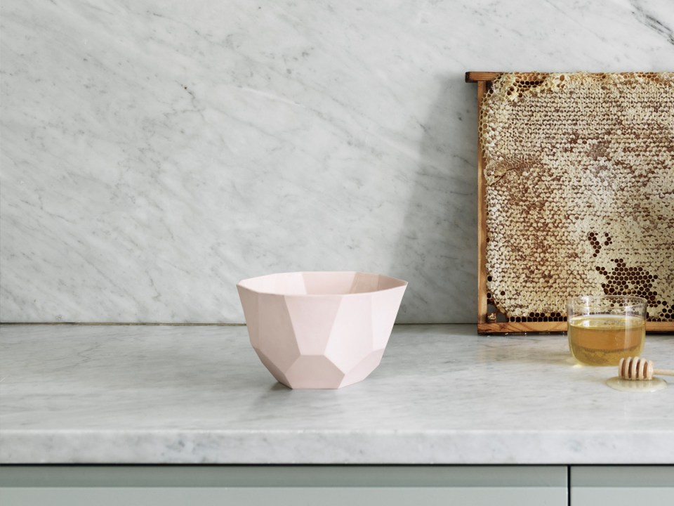 muuto-shades-bowl-large-rose-lifestyle