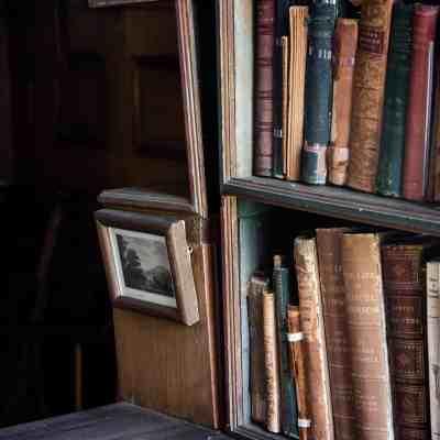 antiques-bookcase-books-1222551