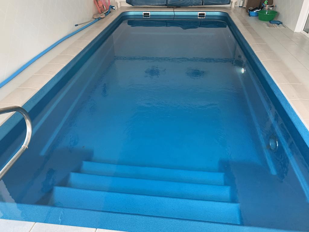 Сливаем воду композитный бассейн