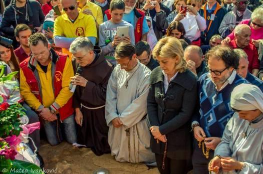 Medjugorje: Mirjana, Padre Petar e Padre Hananias durante l'apparizione del 18 Marzo 2015 - Foto di Mateo Ivanković – Tutti i diritti riservati
