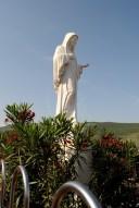 Medjugorje, Anniversario Apparizioni 2016: Statua della Regina della Pace sul Podbrdo – Foto di Sardegna Terra di pace – Tutti i diritti riservati