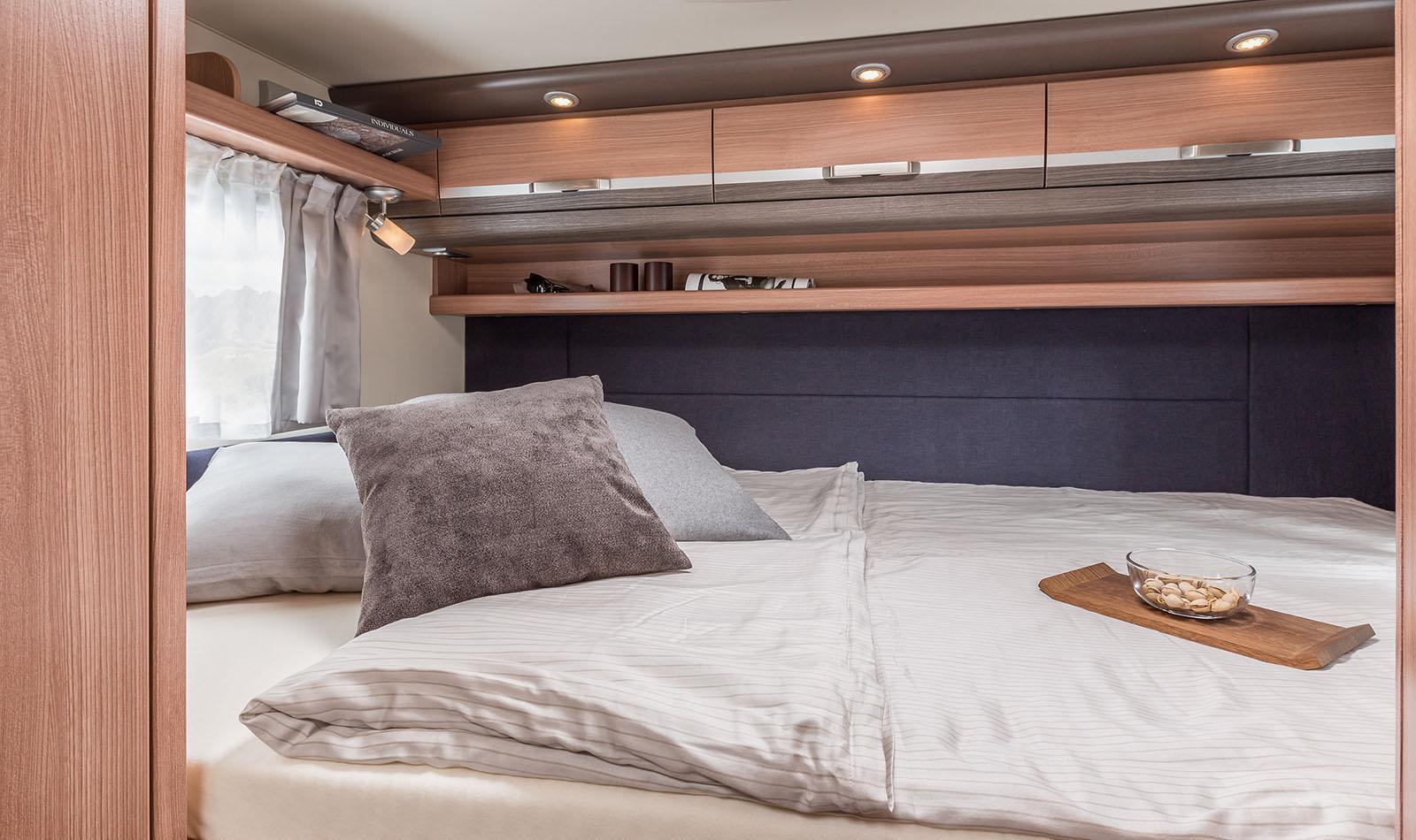 das Doppelbett hinten mit ausreichenden Stauschränken