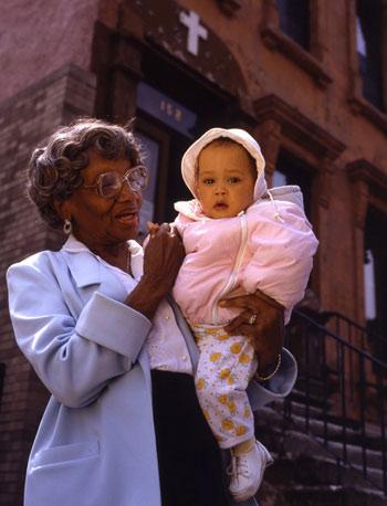 mother hale voor het hale house met een baby